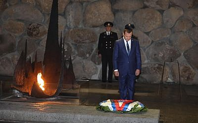 Russian Prime Minister Dmitry Medvedev lays a wreath in the Hall of Remembrance at Yad Vashem Holocaust museum in Jerusalem on November 11, 2016 (Credit: Yad Vashem/Isaac Harari)