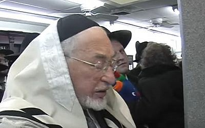Ben Zion Shenker Singing at Hachnasas Sefer Torah, January 27, 2010 (Screen capture: YouTube)