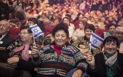 Russian immigrants attend an event marking the 25th anniversary of the major wave of aliya from the former Soviet Union to Israel, at the Jerusalem Convention Center, on December 24, 2015. (Hadas Parush/Flash90)