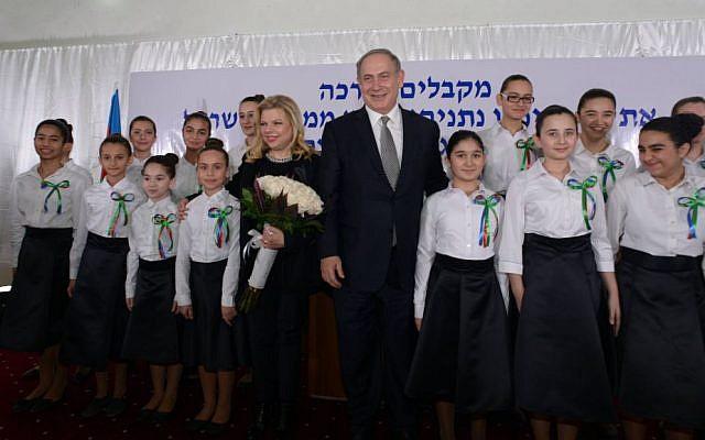 PM Benjamin Netanyahu and his wife Sara with pupils at the Or Avner Jewish educational complex in Baku, Azerbaijan, December 13, 2016. (Haim Zach/GPO)