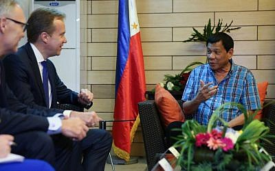 Philippine President Rodrigo Duterte (R) meets with Norwegian Foreign Affairs Minister Borge Brende at Matina Enclaves in Davao City on November 25, 2016. (AFP/Karl Norman Alonzo)