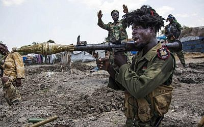 Soldiers of the Sudan People Liberation Army (SPLA) celebrate while standing in trenches in Lelo, outside Malakal, northern South Sudan, on October 16, 2016.   (AFP Photo/Albert Gonzalez Farran)
