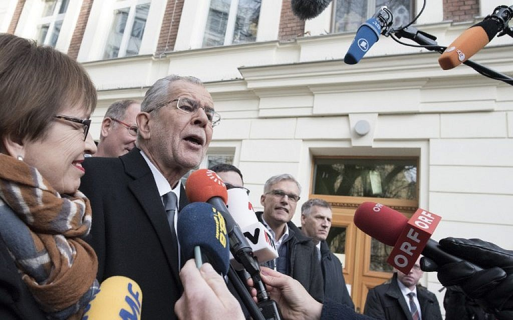 Alexander Van der Bellen, candidate for presidential election, talks to journalists as he leaves the polling station after he casted his ballot at the 6th district in Vienna on December 4, 2016 (AFP/Joe Klamar)