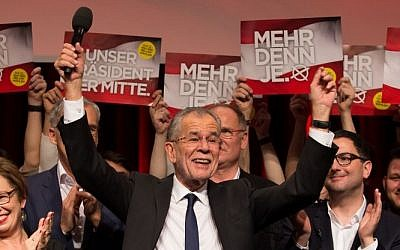 Austrian Presidential candidate Alexander Van der Bellen celebrates with supporters at a post-election event in Vienna on December 4, 2016. (AFP/ VLADIMIR SIMICEK)