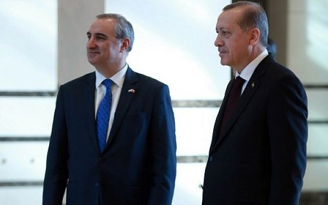 Turkish President Recep Tayyip Erdogan (R) and Israeli ambassador to Ankara Eitan Naeh (L) are seen after Naeh presented his letter of credence to Erdogan at the presidential complex in Ankara, on December 5, 2016. (AFP PHOTO / ADEM ALTAN)