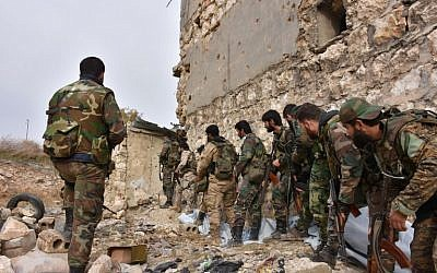 Syrian pro-government troops hold a position in Aleppo's eastern Karm al-Jabal neighborhood as they advance towards al-Shaar neighborliness on December 5, 2016 during their offensive to retake Syria's second city. (AFP PHOTO / GEORGE OURFALIAN)