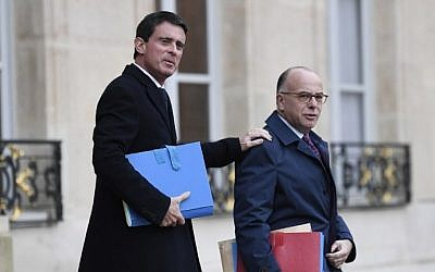 French Prime minister Manuel Valls, left, and French Interior minister Bernard Cazeneuve leaving the weekly cabinet meeting at the Elysee presidential Palace in Paris,  November 23, 2016. (AFP/STEPHANE DE SAKUTIN)
