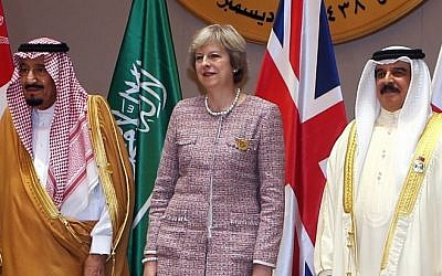 Saudi King Salman (L), British Prime Minister Theresa May (C) and King of Bahrain, Hamad bin Issa al-Khalifa, pose for a picture during a Gulf Cooperation Council (GCC) summit on December 7, 2016, in the Bahraini capital Manama. (AFP)