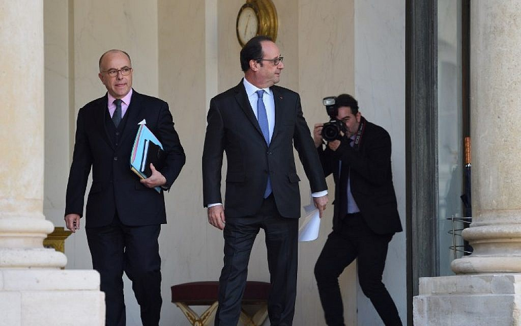 French president Francois Hollande, center, escorts newly appointed Prime minister Bernard Cazeneuve, left, out of the Elysee Palace following the weekly cabinet meeting, on December 7, 2016 in Paris. (AFP/Eric FEFERBERG)