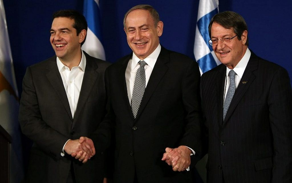 Prime Minister Benjamin Netanyahu (C) hosts Greek Prime Minister Alexis Tsipras (L) and Cypriot President Nicos Anastasiades at a trilateral meeting in Jerusalem on December 8, 2016. (AFP PHOTO/GALI TIBBON)