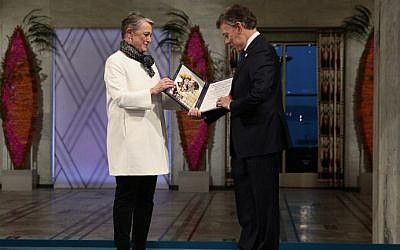 Colombian President Juan Manuel Santos receives the Nobel Peace Prize medal and diploma from Norwegian Nobel Committee member Berit Reiss-Andersen during the award ceremony in Oslo, Norway on December 10, 2016. (AFP/NTB SCANPIX/Haakon Mosvold Larsen)