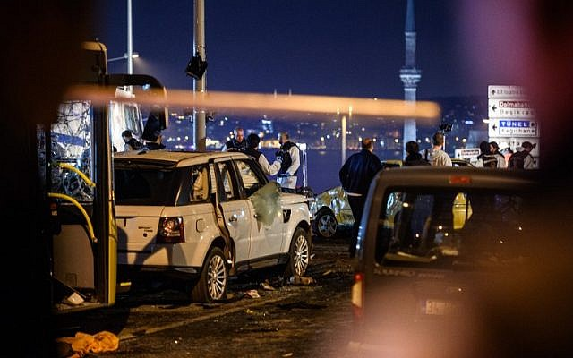 Turkish police officers and forensic work on the site where a car bomb exploded near the stadium of football club Besiktas in central Istanbul on December 10, 2016. (AFP PHOTO / OZAN KOSE)