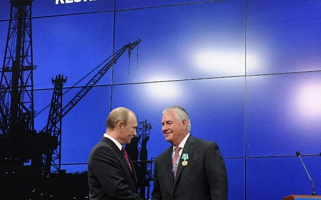 Russian President Vladimir Putin (L) and ExxonMobil CEO Rex W Tillerson, Trump's pick for secretary of state, at a ceremony to present awards to the heads and employees of major energy companies in Saint Petersburg on June 21, 2013. (AFP PHOTO/SPUTNIK/Michael Klimentyev)