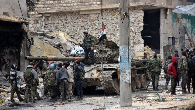 Syrian pro-government forces advance in the Jisr al-Haj neighbourhood during the ongoing military operation to retake remaining rebel-held areas in the northern embattled city of Aleppo on December 14, 2016. (AFP Photo/George Ourfalian)