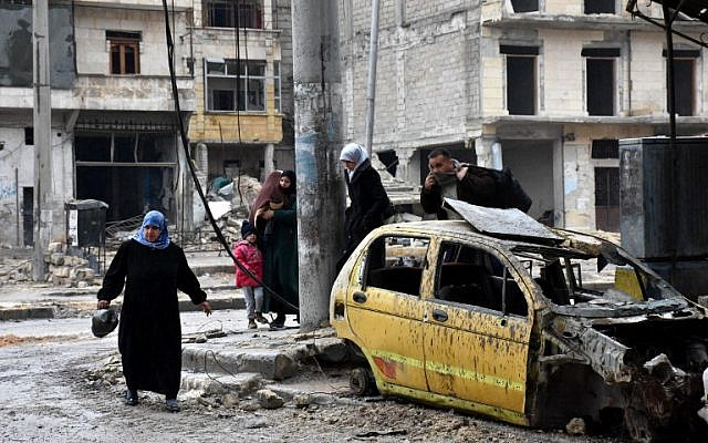 Syrian civilians from the al-Sukari neighborhood flee during the ongoing government forces military operation to retake remaining rebel-held areas in the northern embattled city of Aleppo on December 14, 2016. (AFP PHOTO / George OURFALIAN)