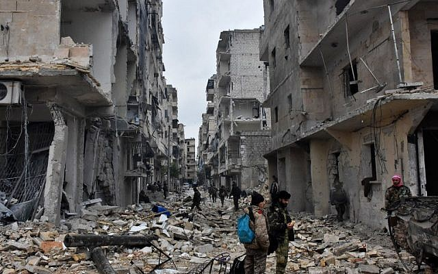 Syrian pro-government forces advance in the Jisr al-Haj neighborhood of Aleppo during the ongoing operation to retake remaining rebel-held areas in the city on December 14, 2016. (AFP/George Ourfalian)