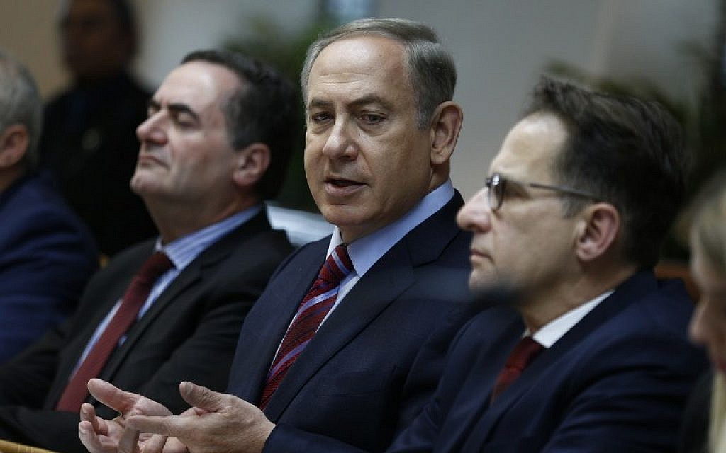 Israeli Prime Minister Benjamin Netanyahu, center, chairs the weekly cabinet meeting at his office in Jerusalem on December 18, 2016. (AFP/Pool/Amir Cohen)