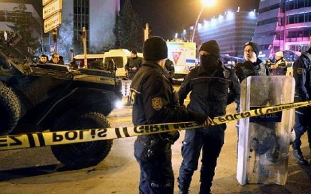 Turkish soldiers and police stand guard near the Cagdas Sanatlar Merkezi, a major art exhibition hall, where Andrey Karlov, the Russian ambassador to Ankara, was shot dead on December 19, 2016, in Ankara. (AFP PHOTO / ADEM ALTAN)