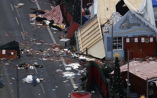 The scene of a terrorist attack is seen on December 20, 2016 after a lorry smashed into a busy Christmas market in central Berlin. (AFP Photo/Odd Andersen)