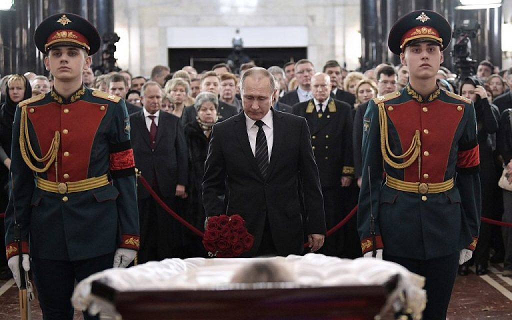 Vladimir Putin pays his respects to the slain Russian Ambassador to Turkey Andrei Karlov, during his funeral in Moscow on December 22, 2016. (AFP PHOTO/SPUTNIK/ALEXEI NIKOLSKY)
