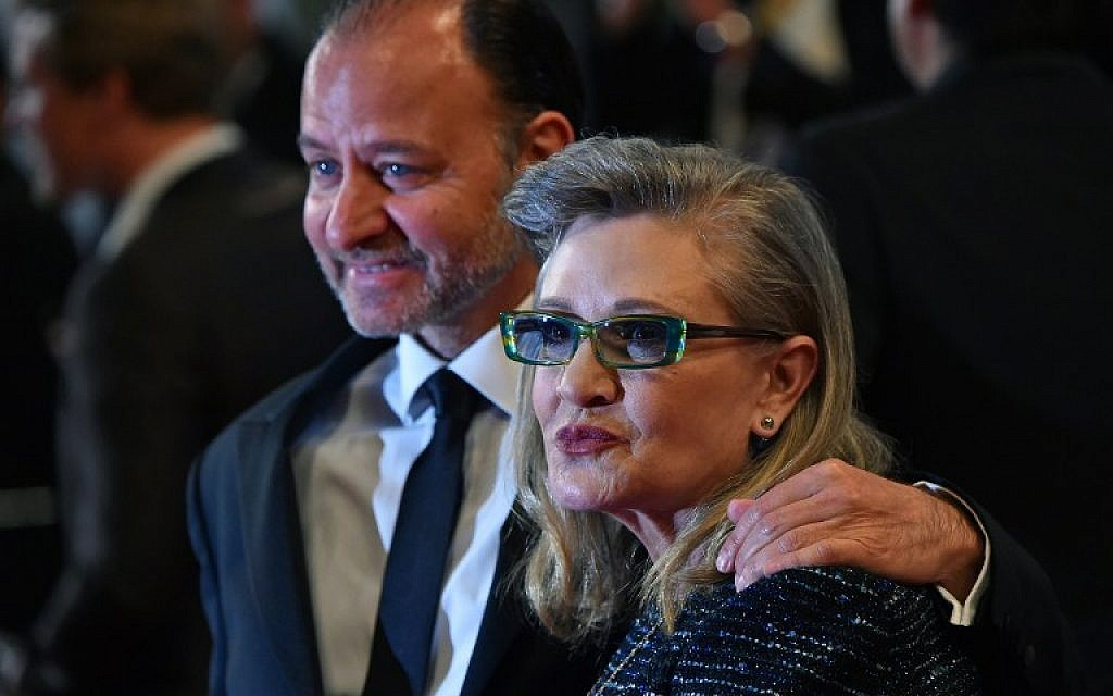 "This photo taken on May 14, 2016 shows US actress Carrie Fisher posing with US actor and director Fisher Stevens for the screening of the film ""Agassi (The Handmaiden - Mademoiselle)"" at the 69th Cannes Film Festival in Cannes, southern France. (AFP PHOTO / ALBERTO PIZZOLI)"