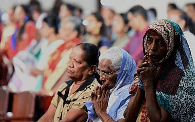 Christian devotees pray during a Christmas mass in Colombo on December 25, 2016.  (AFP PHOTO / Ishara S. KODIKARA)