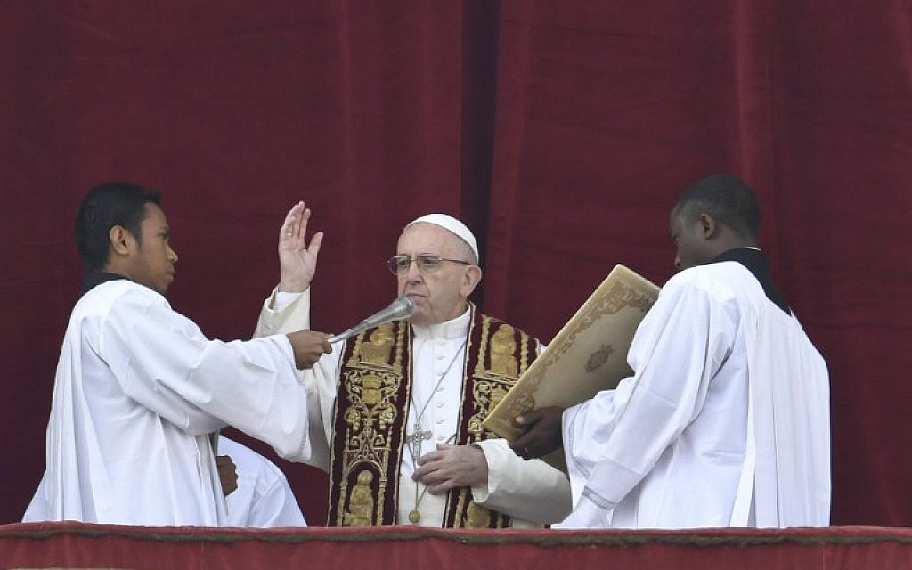 """Pope Francis (C) blesses from the balcony of St Peter's basilica during the traditional """"Urbi et Orbi"""" Christmas message to the city and the world, on December 25, 2016 at St Peter's square in Vatican. (AFP PHOTO / ANDREAS SOLARO)"""