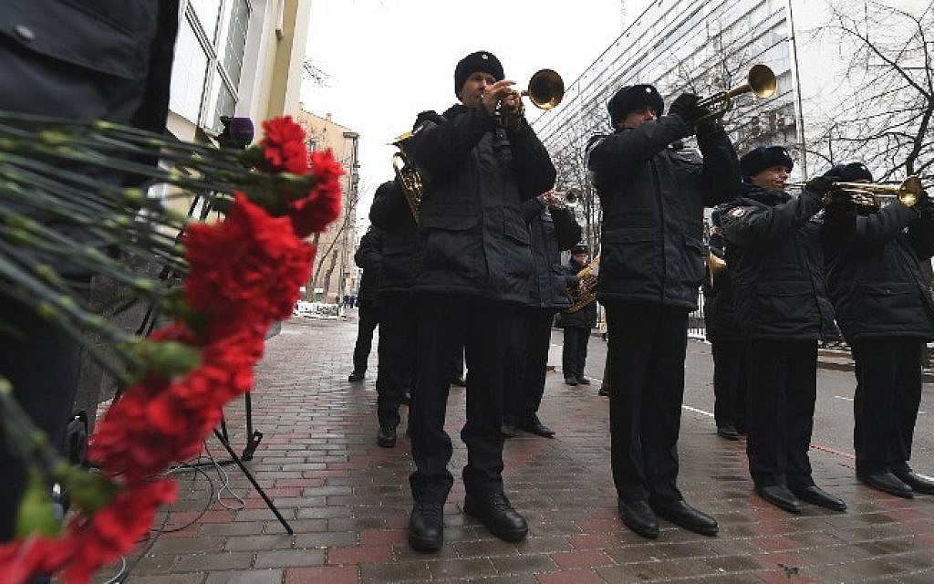 The Russian police orchestra pays tribute to counterparts from the Red Army Choir in Moscow on December 26, 2016, a day after plane carrying dozens of choir members crashed en route to Syria. (AFP PHOTO/Natalia KOLESNIKOVA)