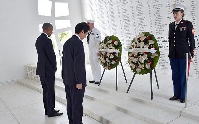 US President Barack Obama(L) and Japanese Prime Minister Shinzo Abe place wreaths at the USS Arizona Memorial December 27, 2016 at Pearl Harbor in Honolulu, Hawaii. (AFP PHOTO / Nicholas Kamm)