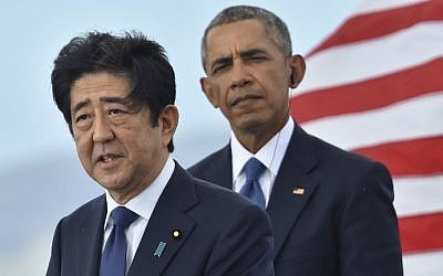 US President Barack Obama (R) listens as Japanese Prime Minister Shinzo Abe speaks at the USS Arizona Memorial on December 27, 2016 at Pearl Harbor in Honolulu, Hawaii. (AFP PHOTO / Nicholas Kamm)