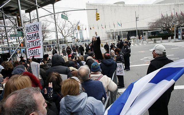 American Jewish Orthodox Rabbi Shmuley Boteach speaks on December 28, 2016, as people take part in a protest calling on the US to 'defund the UN,' in the wake of the December 23 Israeli settlement vote in front of the UN Mission to the United Nations in New York. (AFP/Kena Betancur)