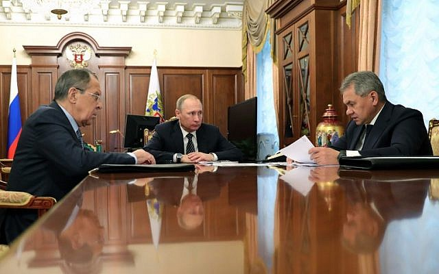 Russian President Vladimir Putin speaks with Defense Minister Sergei Shoigu, right, and Foreign Minister Sergei Lavrov, left, during their meeting at the Kremlin in Moscow on December 29, 2016. (AFP / Sputnik / Michael Klimentyev)