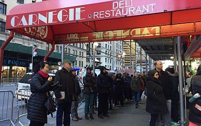 People line up to get into the Carnegie Deli December 30, 2016 in New York. The deli will close after 79 years of service on December 30. (AFP/Catherine Triomphe)
