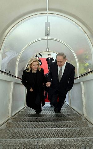 Prime Minister Benjamin Netanyahu and his wife Sara  depart for Kazakhstan and Azerbaijan on December 13, 2016 (Haim Zach / GPO)