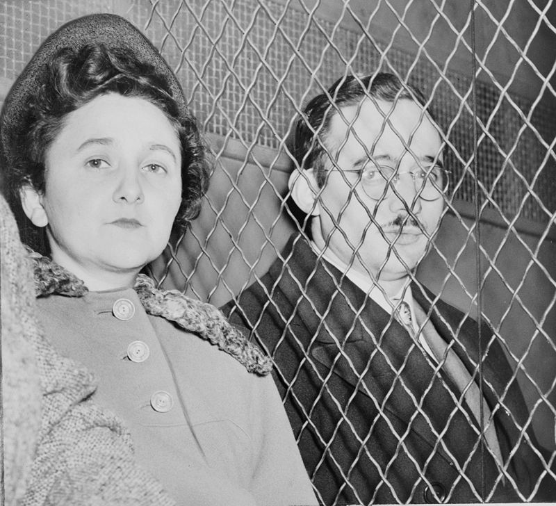 Julius and Ethel Rosenberg, separated by heavy wire screen as they leave U.S. Court House after being found guilty by jury. (Public domain/Wikipedia)