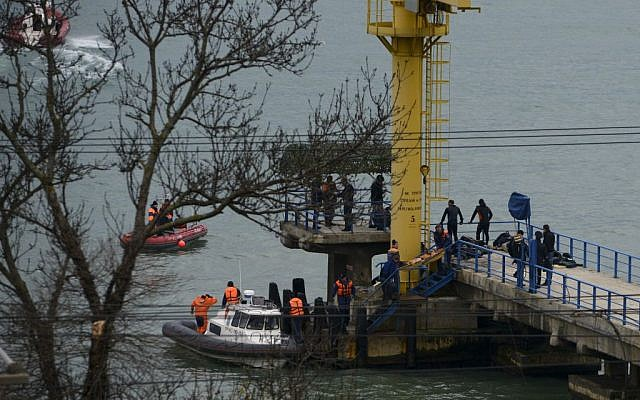 Russian rescue workers collect wreckage from the crashed plane at a pier just outside Sochi, Russia, December 25, 2016. (AP/Viktor Klyushin)