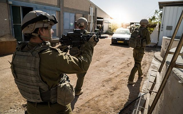 Members of the IDF's Eilat Counterterrorism Unit in a training exercise on December 9, 2016. (IDF Spokesperson's Unit)