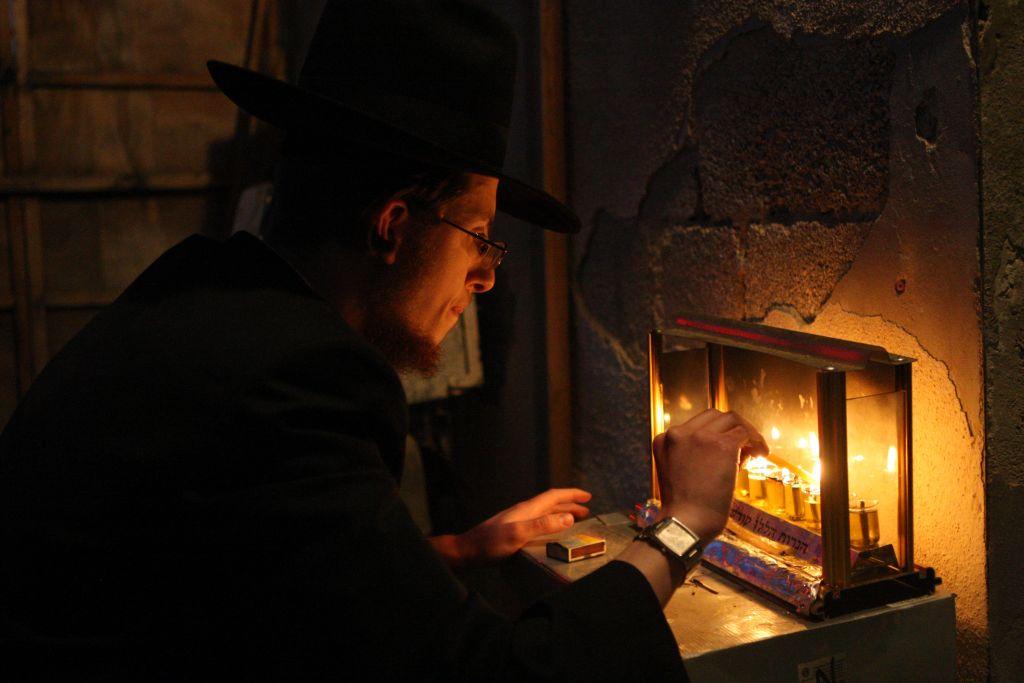 Lighting Hanukkah candles in Nachlaot (Keren Freeman/Flash 90)