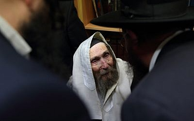 Haredi r Jewish leader Rabbi Aharon Leib Shteinman, seen in his home, in the ultra-Orthodox Jewish neighborhood of Bnei Brak. January 22, 2015. (Yaakov Naumi/Flash90)
