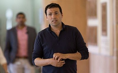 Raviv Drucker, political commentator for Channel 10 television walks in the Knesset on May 25, 2015. (Yonatan Sindel/Flash90)