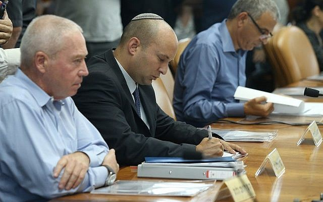 Housing Minister Yoav Gallant (left) and Education Minister Naftali Bennett at the cabinet meeting at PM Netanyahu's office in Jerusalem on June 7, 2015. (Amit Shabi/Flash90)