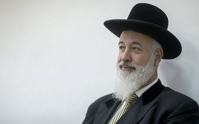 Former chief rabbi of Israel Yona Metzger at the Jerusalem District Court during his corruption trial on July 21, 2016. (Yonatan Sindel/Flash90)