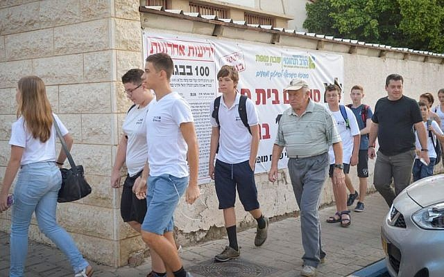 """Israeli students arrive to their first day of school at """"Shabach Mofat"""" school in Tel Aviv on September 1, 2016. (Flash90)"""