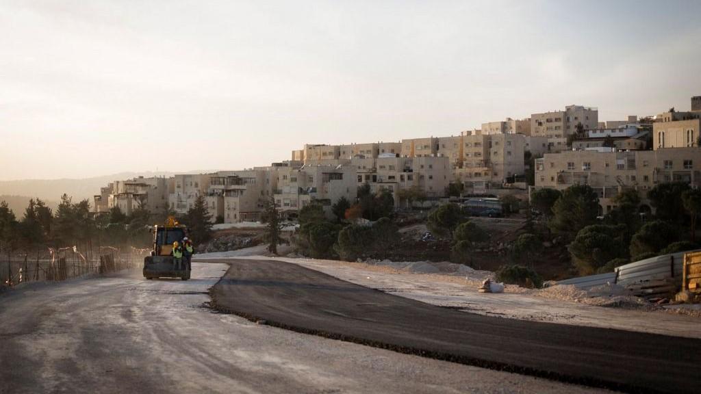 Sunset over a construction site next to the Jewish East Jerusalem neighborhood of Ramat Shlomo on November 21, 2016. (Sebi Berens/Flash90)