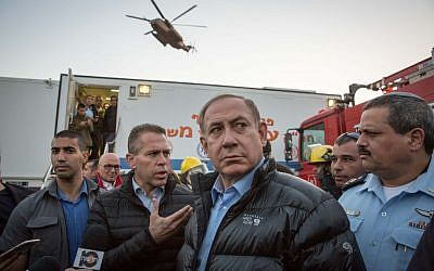 Prime Minister Benjamin Netanyahu visits scene of forest fires that broke out in Zichron Yaakov in northern Israel, on November 23, 2016. (Emil Salman/Pool)