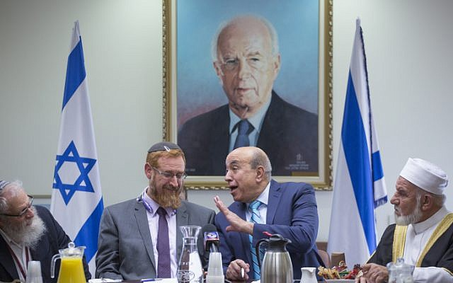 Likud MK Yehudah Glick and Zionist Union MK Zouheir Bahloul hold an emergency meeting on the muezzin law, a bill which intends to ban loudspeakers at mosques, in the Israeli parliament on December 05, 2016. (Miriam Alster/FLASH90)