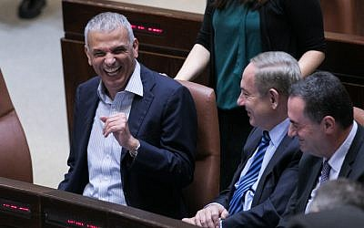 Prime Minister Benjamin Netanayhu (center) and Finance Minister Moshe Kahlon (left) during a Knesset session on December 5, 2016. (Yonatan Sindel/Flash90)