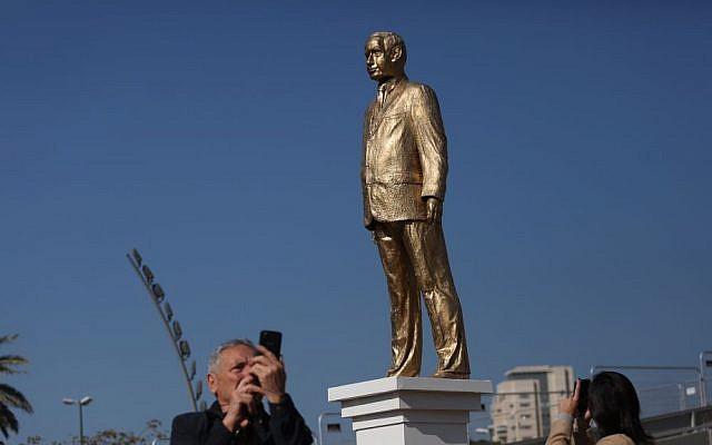 Israelis look at the gold statue of Prime Minister Benjamin Netanyahu in Rabin Square in Tel Aviv, December 6, 2016. (Miriam Alster/Flash90)