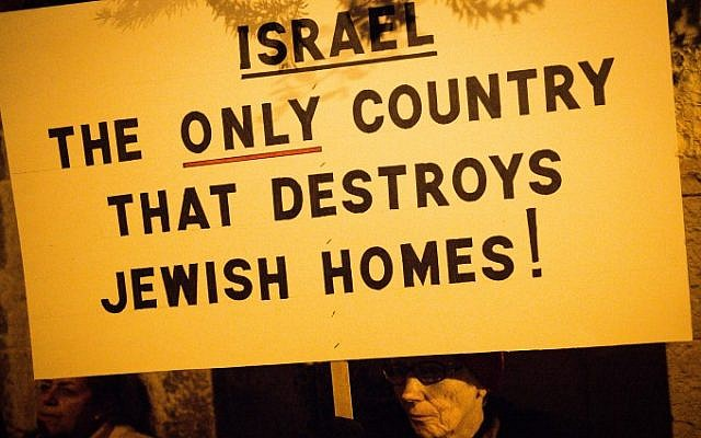 Residents of the Amona outpost and supporters protest in front of the Prime Minister's Residence in Jerusalem against the planned evacuation of the outpost, on December 13, 2016. (Sebi Berens)