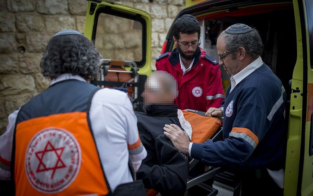 Magen David Adom medics evacuate a police officer wounded in a stabbing attack in Jerusalem on December 14, 2016. (Photo by Yonatan Sindel/Flash90)
